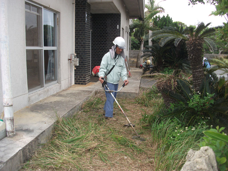庭の草刈作業